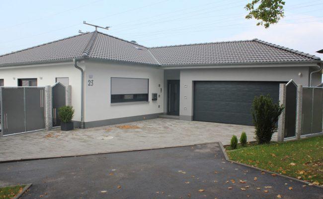 Bungalow bauen mit garage  Bungalow Grundriss Mit Doppelgarage ~ Kreative Ideen für Ihr ...